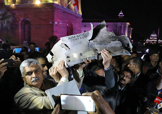 Funcionarios de la Fuerza Aérea de la India muestran los restos de un misil aire-aire que, según dicen, fue disparado por un avión de combate de la Fuerza Aérea de Pakistán durante un ataque sobre Cachemira