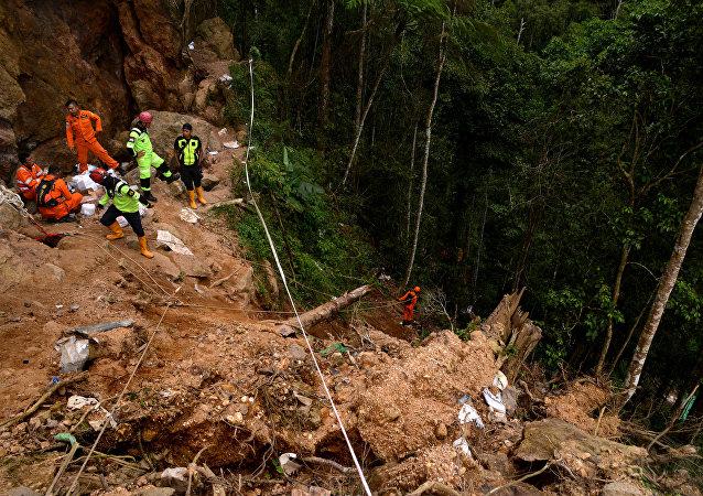 La operación de rescate en una mina ilegal en Indonesia