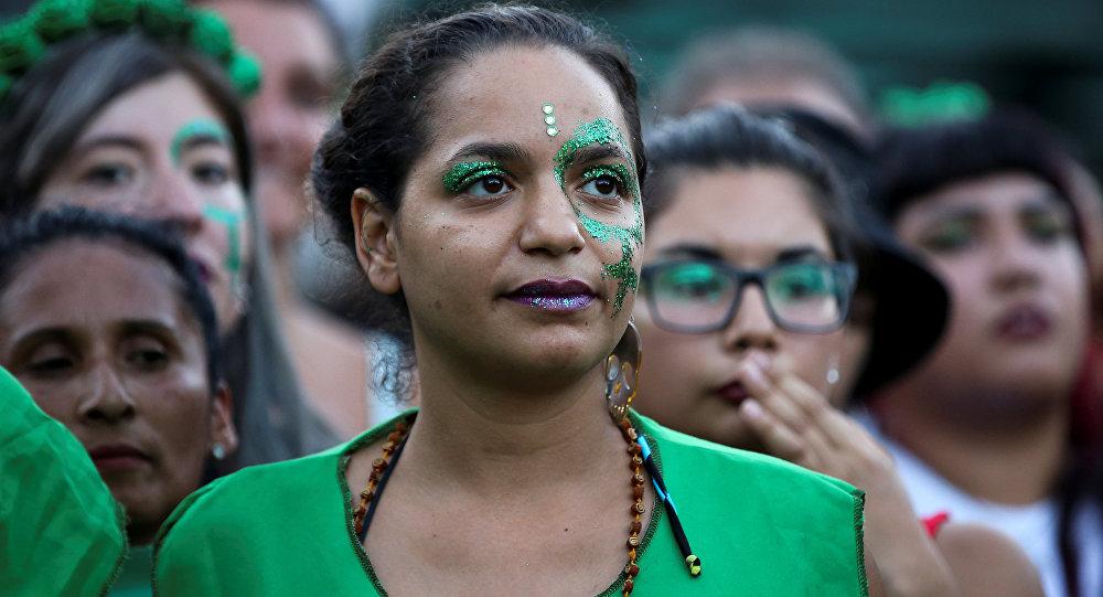 Mujer manifestándose a favor del aborto fuera del Congreso en Argentina