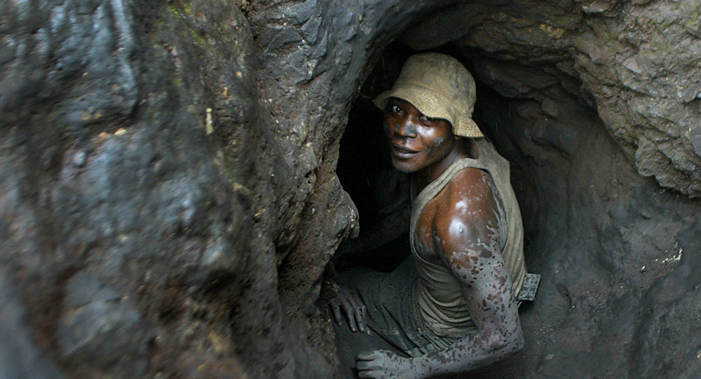 Un hombre entra en una mina de cobalto situada en la República Democrática del Congo