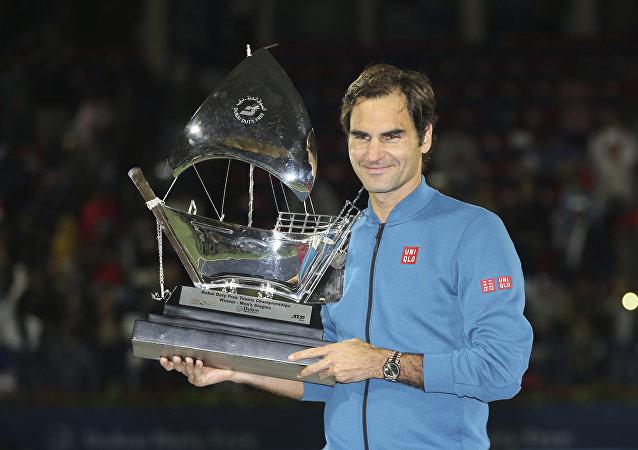 Roger Federer con su trofeo del ATP de Dubái
