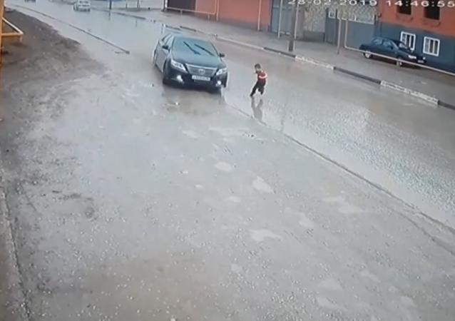 Un niño ruso se salva milagrosamente de ser atropellado por un automóvil