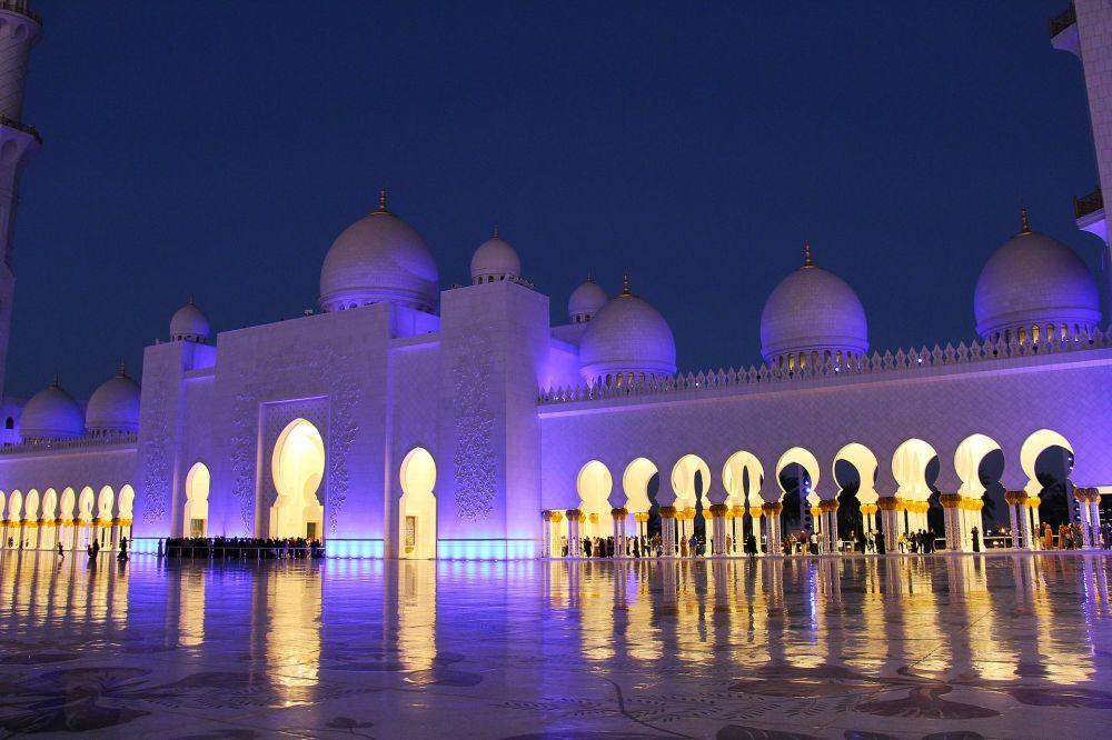 La mezquita Sheikh Zayed de noche, en Abu Dabi, EAU