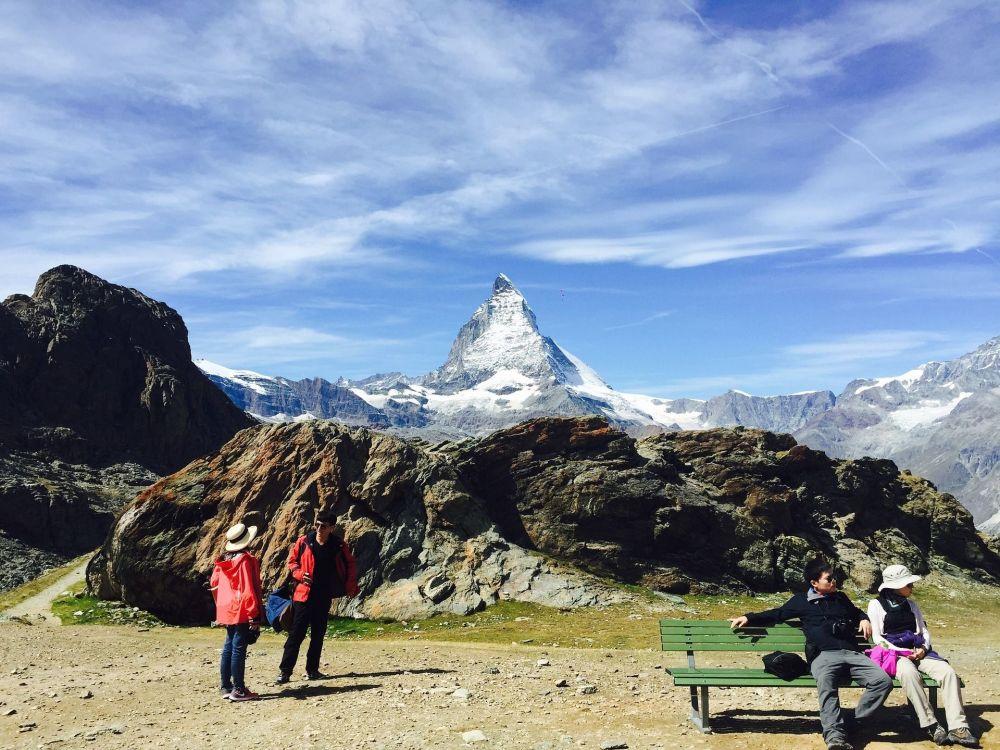 Los turistas con el monte Cervino al fondo, en la frontera entre Suiza e Italia