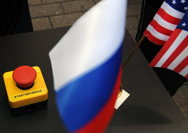Botón rojo con la palabra 'peregruzka' (sobrecarga) y banderas de Rusia y EEUU
