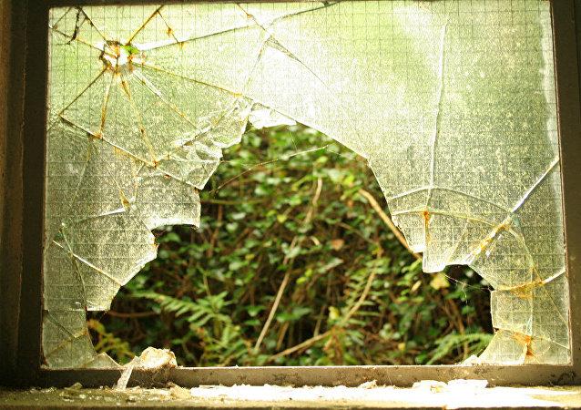 Una puerta de cristal reventada
