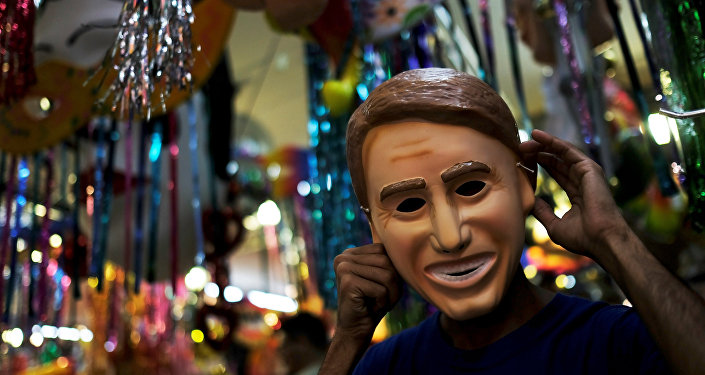 La máscara en forma de cara del presidente de Brasil Jair Bolsonaro
