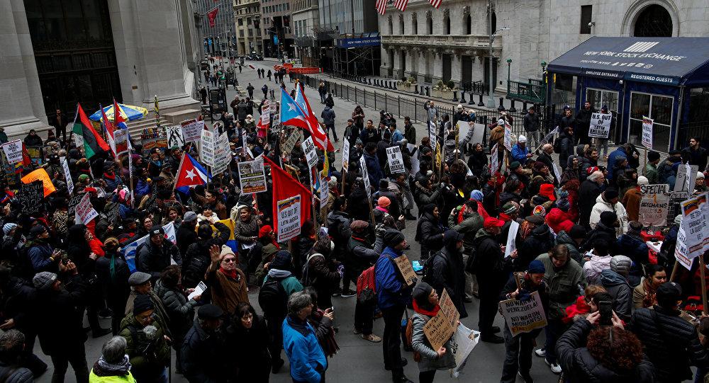 La gente protesta contra la política exterior de Estados Unidos en Venezuela ante la Bolsa de Valores de Nueva York