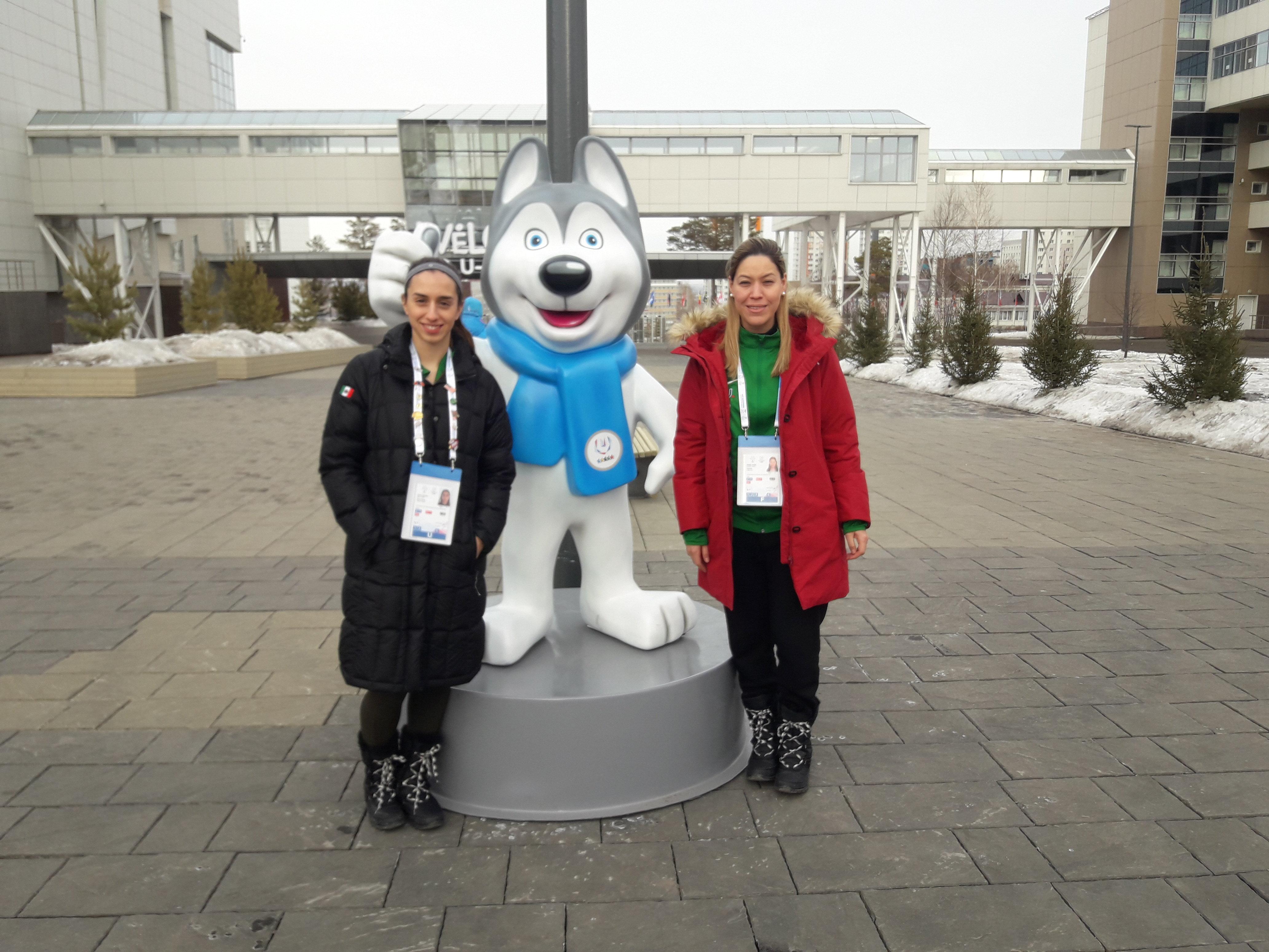 María Paula Dieck (i) y su entrenadora, Gabriela Juárez Pérez, en la Universiada de Krasnoyarsk