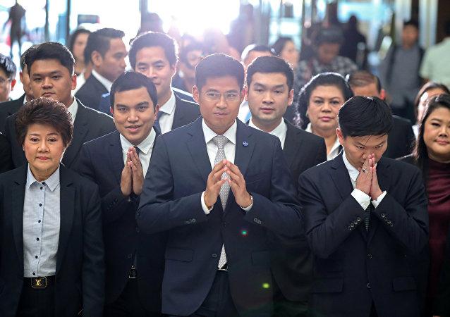Los miembros del partido opositor Thai Raksa Chart llegan a la Corte en Bangkok, Tailandia