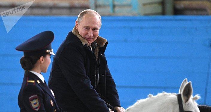 Vladímir Putin, presidente ruso, monta a caballo en una visita al regimiento de la Policía de Turismo