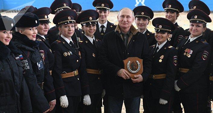 Vladímir Putin, presidente de Rusia, tras montar a caballo en una visita al regimiento de la Policía de Turismo