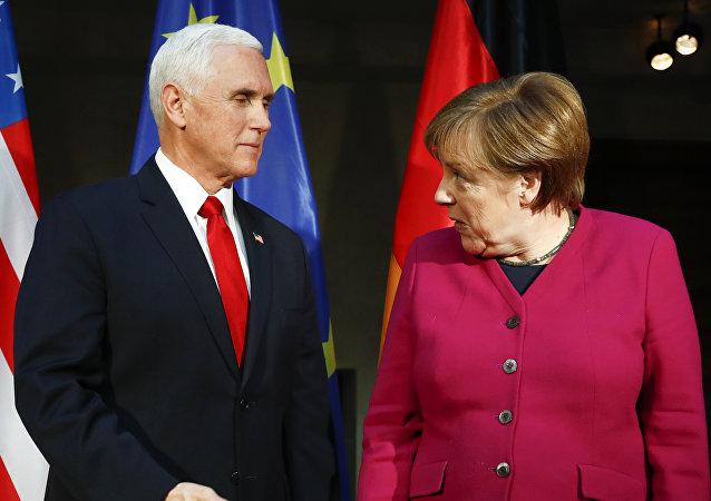 Mike Pence, vicepresidente de EEUU, y Angela Merkel, canciller de Alemana, durante la Conferencia de Seguridad de Munich (Alemania), el 16 de febrero de 2019