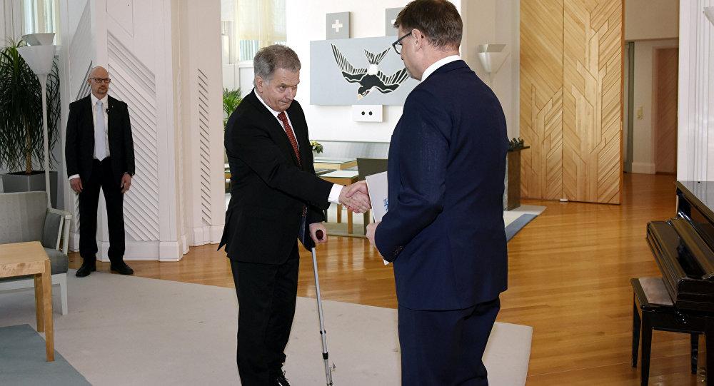 El presidente fiinlandés Sauli Niinisto junto con el primer ministro del país, Juha Sipila, aprobando la dimisión del Gobierno