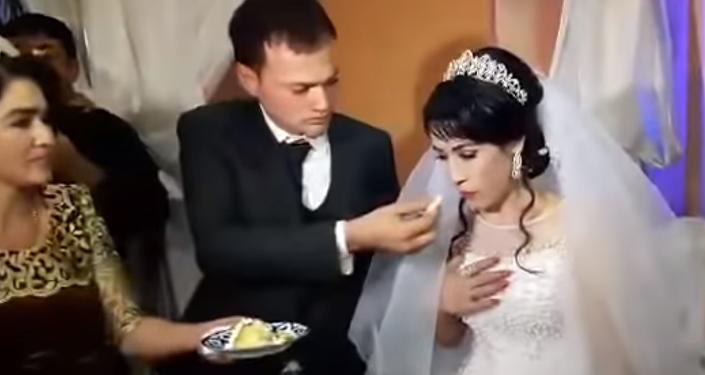 Un hombre golpea a su esposa en plena boda