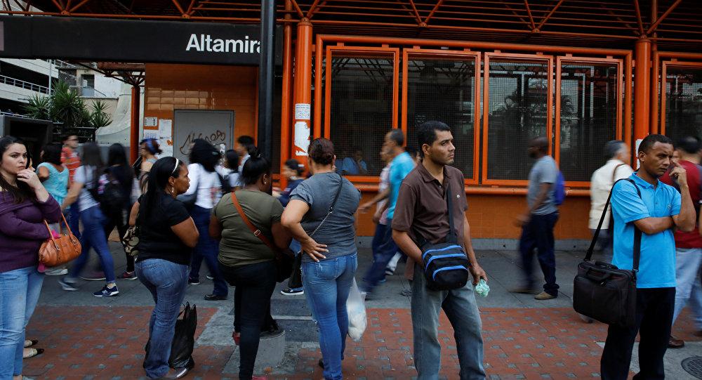 La gente cerca de la estación del metro de Caracas, Venezuela