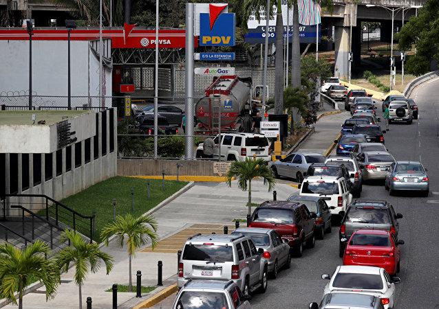 Filas para abastecer combustible en Caracas