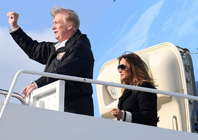 El presidente estadounidense, Donald Trump, y la primera dama, Melania Trump, desembarcan del Air Force One