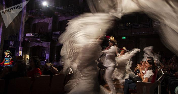 Bailarines del Ballet Folklórico de México de Amalia Hernández entre el público de Bellas Artes.