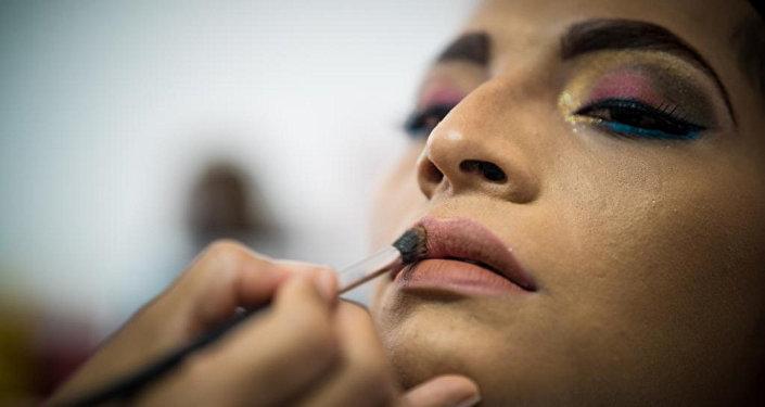 Un muxe se maquilla en Juchitán, México