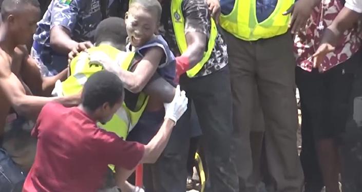 Varios hombres sacan a los niños de las ruinas de escuela en Nigeria