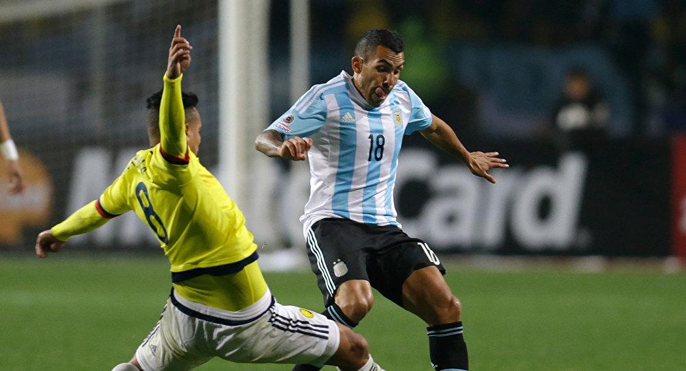 Los futbolistas Edwin Cardona, de Colombia, y Carlos Tevez, de Argentina, durante la Copa América en Chile, el 26 de junio de 2015