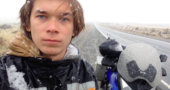 Conducir una motocicleta bajo la nieve es muy difícil