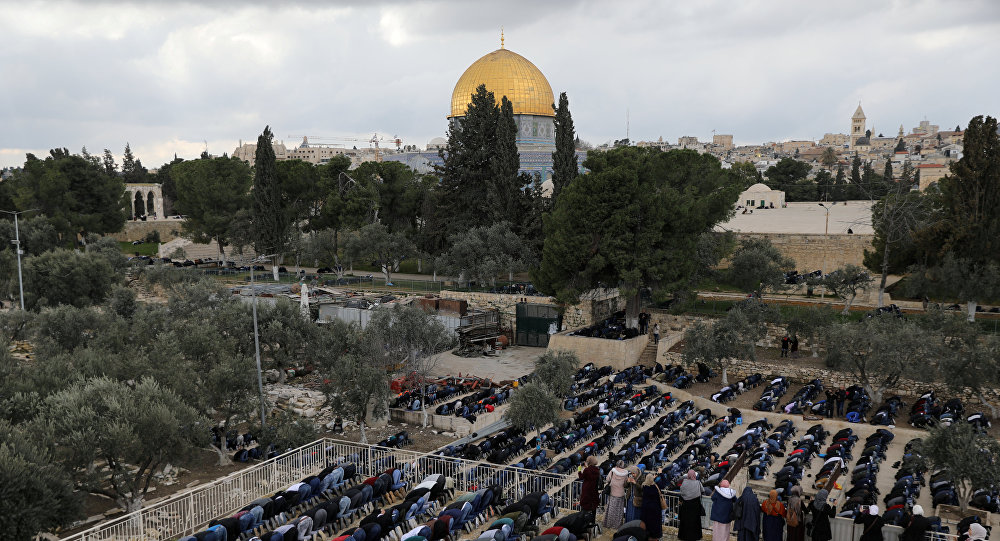 Los musulmanes rezan cerca del domo de la Roca de la Explanada de las Mezquitas