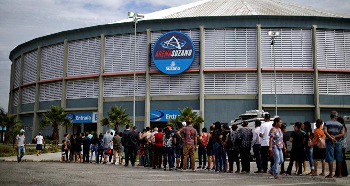 La gente hace fila para asistir al velorio las víctimas asesinadas en un tiroteo en la Escuela Raúl Brasil, en Suzano, Brasil.