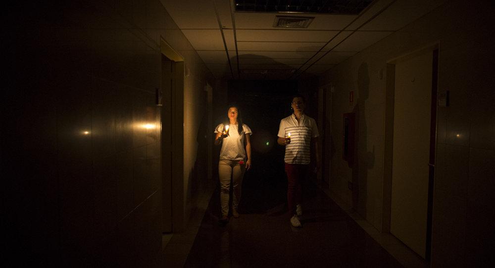 Parientes de un paciente dentro de una clínica durante el corte eléctrico producido en Caracas