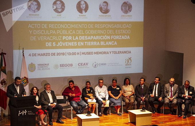 Familiares y funcionarios del Gobierno mexicano durante la disculpa pública por la desaparición forzada de cinco jóvenes en Tierra Blanca, Veracruz, en 2016.