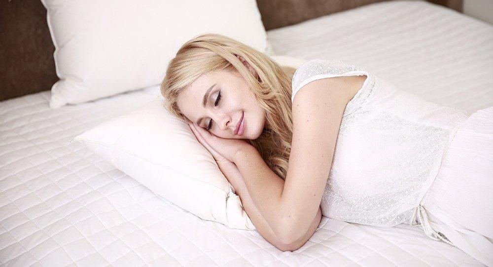 Mujer que sueña, dormida