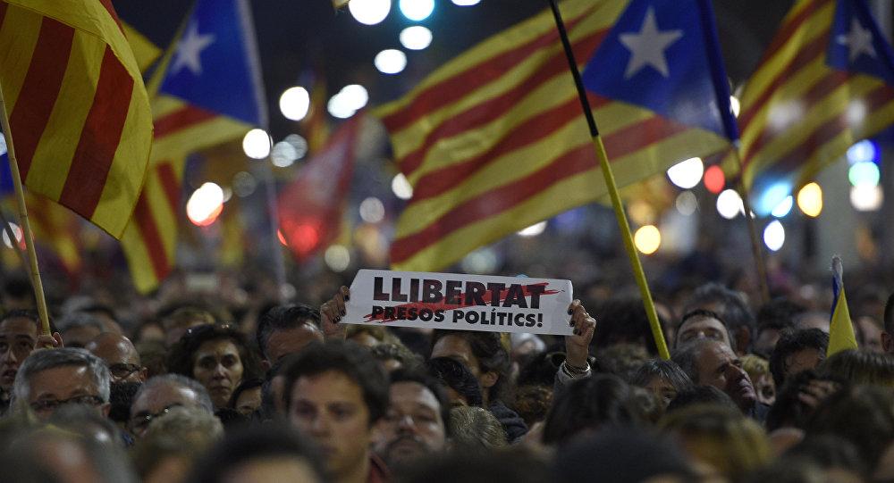 Manifestantes protestan por la libertad de los presos políticos catalanes