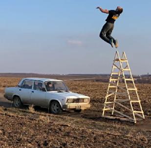 Un ruso se juega la vida haciendo acrobacias mortales