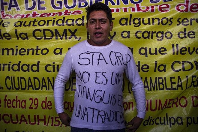 Edgar durante la protesta contra la reubicación del mercado Santa Cruz Meyehualco.