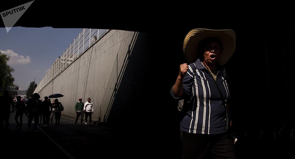 Comerciante del mercado Santa Cruz Meyehualco marchan en contra de la reubicación.