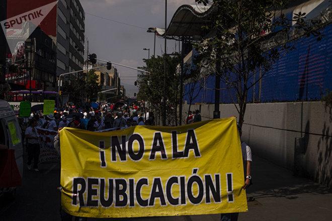 Comerciantes del mercado Santa Cruz Meyehualco marchan en contra de la reubicación.