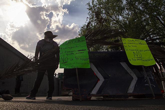 Comerciantes de Santa Cruz Meyehualco paran el tráfico en cinco avenidas principales de la ciudad, como protesta contra su reubicación.