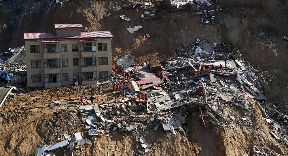 Rescatistas en el lugar del deslave en la provincia de Shanxi, China