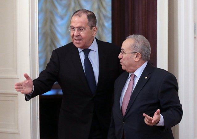 El ministro de Exteriores ruso, Serguéi Lavrov, y su par argelino, Ramtane Lamamra