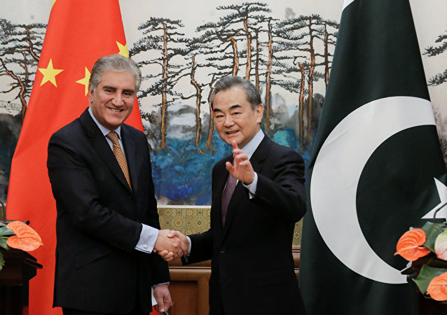 Canciller pakistaní, Shah Mahmood Qureshi, y canciller chino, Wang Yi