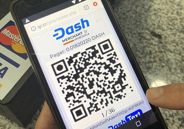 Con un código QR, se genera un pago con criptomonedas en la plataforma Dash, utilizada en algunos comercios de Venezuela