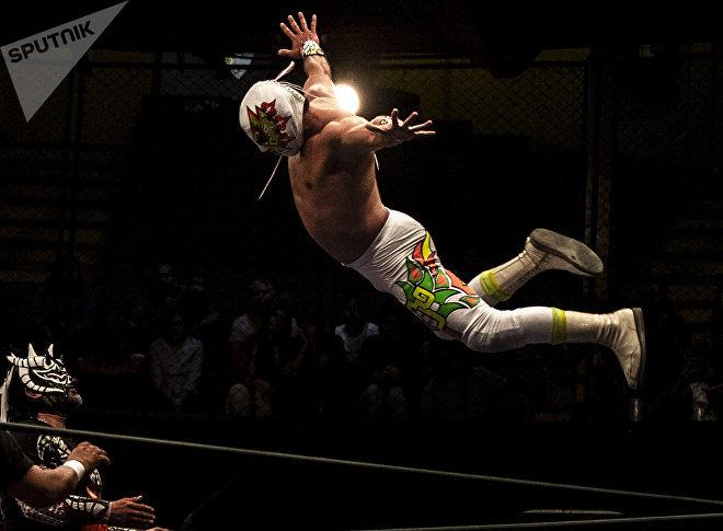 Ciudad de México. Guerrero maya se lanza desde la tercera cuerda contra Luciferno en la función retro de la Arena Coliseo en marzo de 2019.