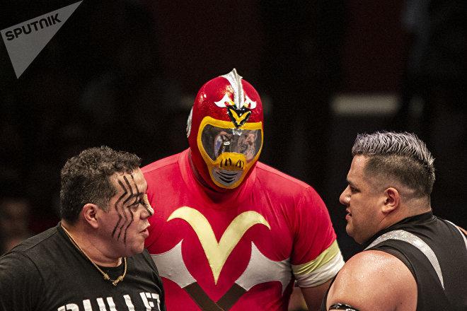 Ciudad de México. De izquierda a derecha: Rey Bucanero, Volcano y Vangellys luchan durante la función retro en la Arena Coliseo en marzo de 2019.