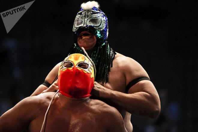 Ciudad de México. Misterioso le quita la máscara a Fuego durante la función retro de la Arena Coliseo en marzo de 2019.