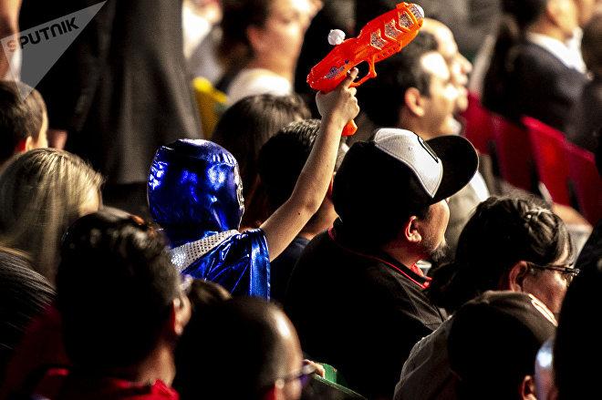 Ciudad de México. Niño enmascarado y con un arma de juguete en la función retro de la Arena Coliseo en marzo de 2019.