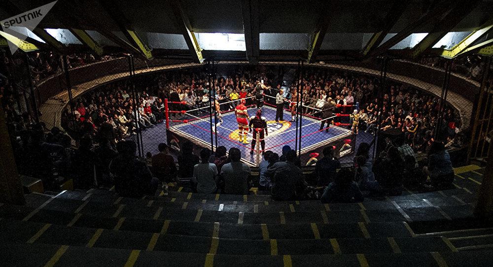"""Ciudad de México. Arena Coliseo y sus espectadores durante la semifinal del """"sábado retro"""" del Consejo Mundial de Lucha Libre en marzo de 2019"""