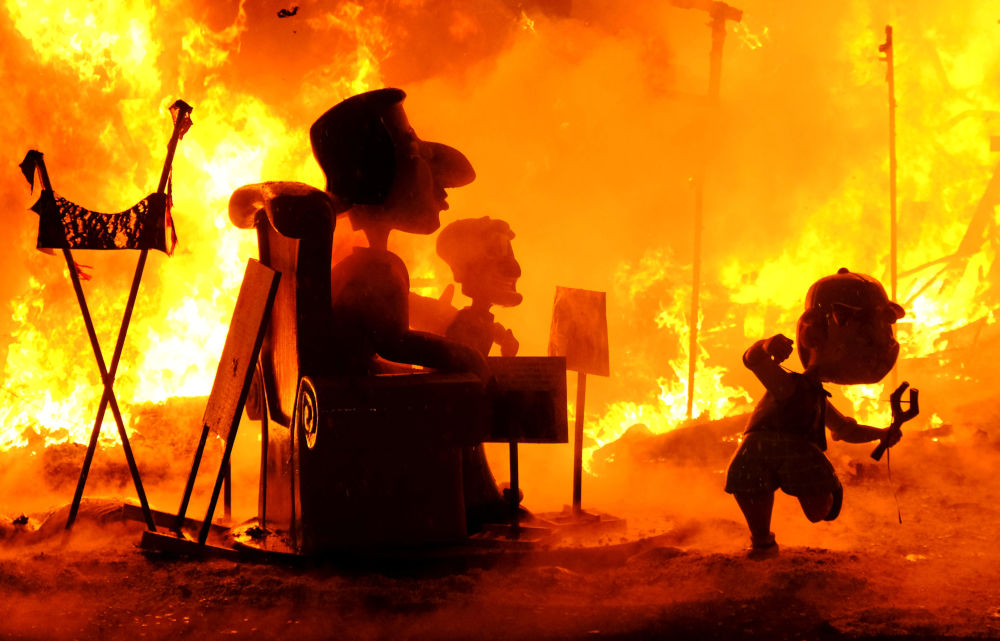 La quema de los ninots en plenas Fallas de Valencia (España)