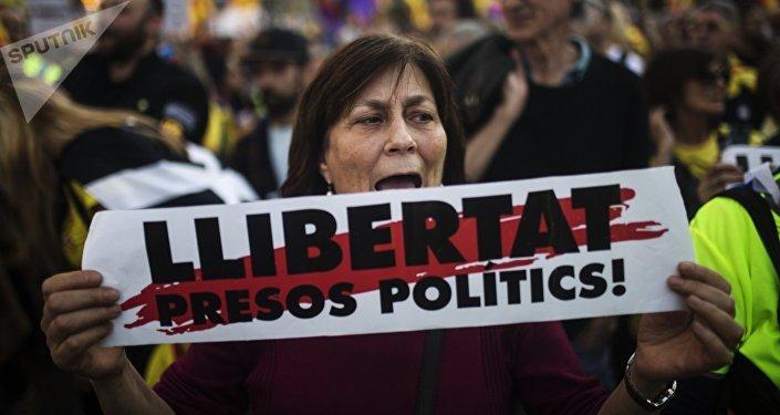 Una mujer con la pancarta a favor de libertad de presos independentistas catalanes (archivo)