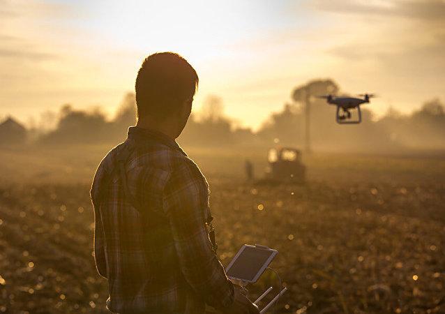 Un hombre lanzando un dron